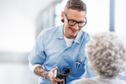 Roman Echer in Ausbildung zur Pflegefachassistenz