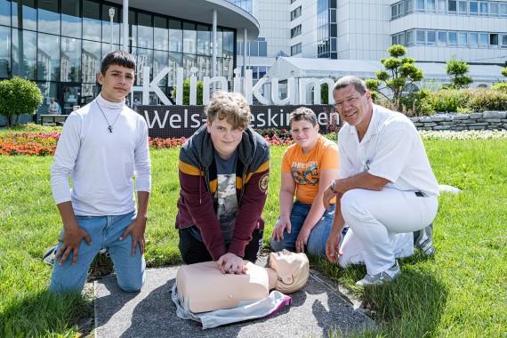 Schüler der Mittelschule Gmunden‐Stadt mit Dr. Markus Simmer