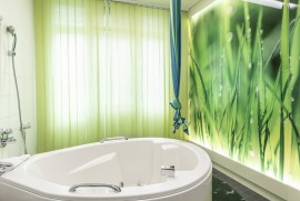 Geburtshilfe Wels: Bad – Unsere einladenden Gebärwannen werden sowohl zur Entspannung als auch für Wassergeburten genützt.