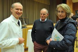 Prim. Univ.-Prof. Dr. Klemens Trieb im Gespräch mit interessierten Besuchern