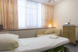 Geburtshilfe Wels: Kreiszimmer – Moderne helle Entbindungsräume ermöglichen Bewegung und Entspannung unter der Geburt