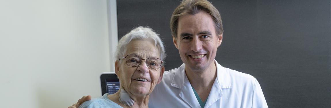 Prim. Priv.‐Doz. Dr. Ronald Binder mit der glücklichen Patientin