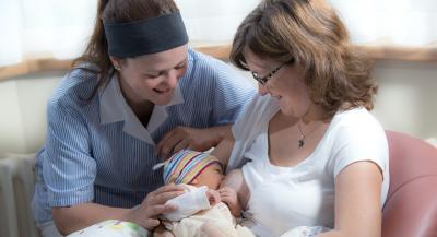 Hebammen unterstützen Mütter und ihre Babys beim Stillen