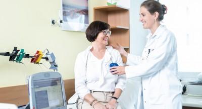 Patientin Ingrid Heinz mit Dr. Margot Aigner