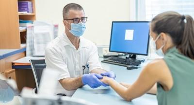 Untersuchung beim Rheumatologen