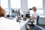 Mitarbeiterinnen bei Analysen im Labor